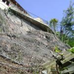 Posa di rete paramassi e messa in sicurezza di versante in roccia alterata a tutela di edifici situati alla base della parete