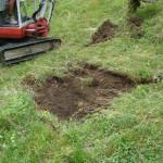 Operazioni di scavo per la verifica della permeabilità del terreno di un rustico