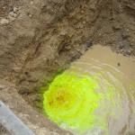 Immissione di fluorescina in una fossa di infiltrazione per definire la circolazione delle acque sotterranee in Zona di protezione